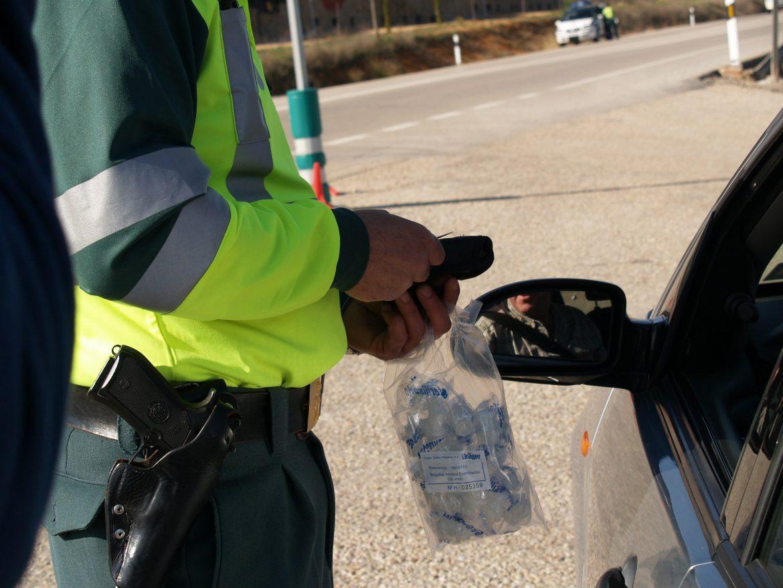 Straż graniczna przeprowadza badania alkomatem